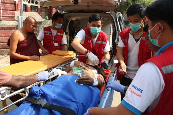 Kým takmer 90 demonštrantov streľným zraneniam podľahlo, niektorí sa stihli dočkať rýchleho zásahu lekárov.