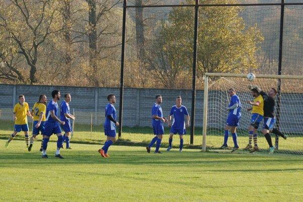 Na futbalistov Kriváňa (v modrom) bonzoval tréner Miroslav Ozan.
