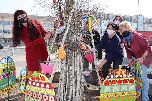 Zamestnanci Centra voľného času pripravujú výzdobu v meste Senica.
