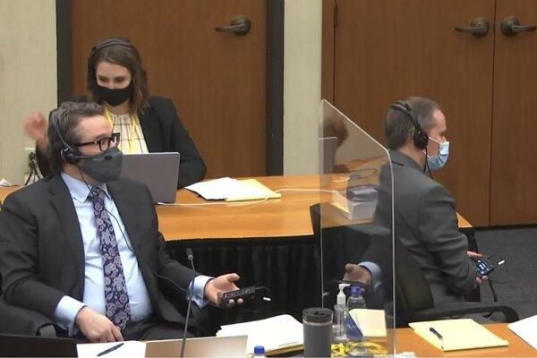 Obžalovaný expolicajt Derek Chauvin (vpravo) a jeho právnik Eric Nelson.