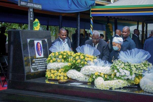 Verejne vystavené telo zosnulého prezidenta Johna Magufuliho  v jeho rodnom mestečku Chato.