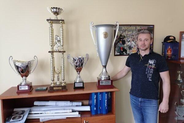Ladislav Čierny vo svojej kancelárii pri pohári Dušana Pašeka za víťazstvo v základnej časti.