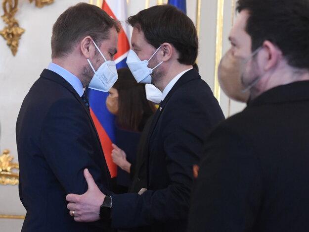 Predseda vlády  Eduard Heger (OĽaNO) a vľavo minister financií SR Igor Matovič.