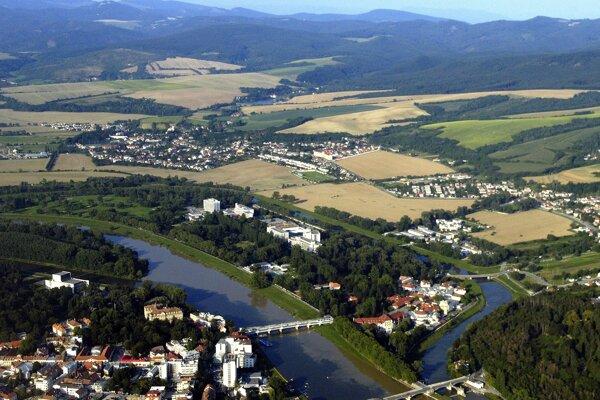 Celkový záber na Piešťany, Banku a Moravany, v pozadí svahy Považského Inovca.