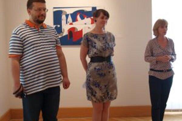 Vernisáž: zľava autor Marko Blažo, kurátorka Barbora Geržová a riaditeľka NG Renáta Niczová.