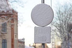 PopradSnehom zafúkaná dopravná značka na Hviezdoslavovej ulici v Poprade.