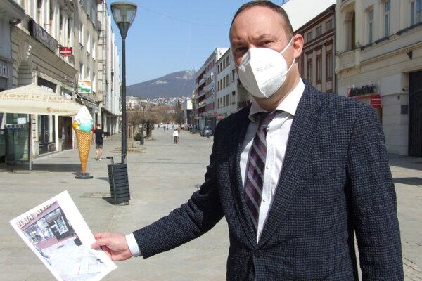 Právnik Tomáš Stoklasa na pešej zóne. Úraz sa stal pred kníhkupectvom.