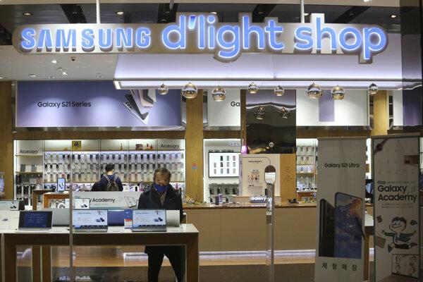 Zákazník si prezerá laptop v predajni juhokórejského koncernu Samsung Electronics v Soule vo štvrtok 28. januára 2021.