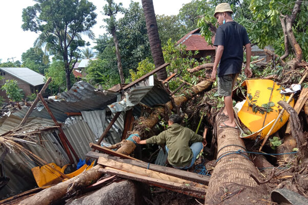 Ľudia prehľadávajú ruiny domu po zosuve pôdy na ostrove Lembata.