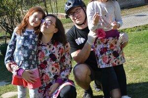 Žofia s rodinou, s ktorou sa pred šiestimi rokmi presťahovala z Bratislavy na východné Slovensko.
