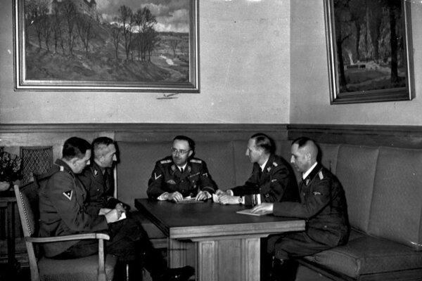 Huber (prvý zľava) medzi nacistickými špičkami ako Himmler či Heydrich.