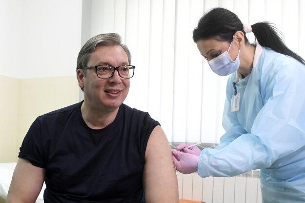 Prezidenta Vučiča zaočkovali vakcínou od čínskej spoločnosti Sinopharm.