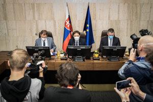 Minister financií Igor Matovič, premiér Eduard Heger a minister vnútra Roman Mikulec.
