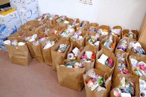 Balíčky pripravené na distribúciu.