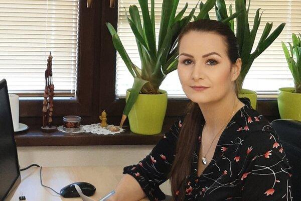 Hovoríme s Martinou Holečkovou, krajskou poslankyňou, ktorá predložila návrh na zriadenie vakcinačného centra v Leviciach.