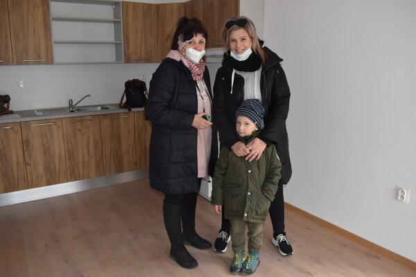 Katarína Zozuľáková so synom Dávidom. Byt si prišla prezrieť s mamou.