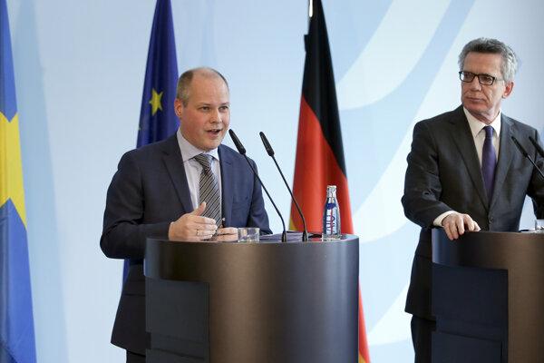 Švédsky minister spravodlivosti a migrácie Morgan Johansson (vľavo).