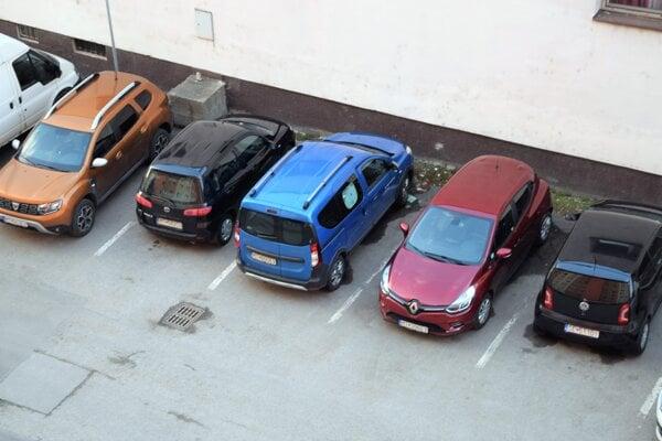 Parkovanie pred bytovkami sa spoplatní.