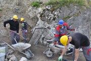 Do prác na zveľaďovaní Blatnického hradu sa zapájali nezamestnaní. Tento rok ich bude pre nedostatok financií podstatne menej.