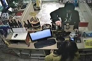 Páchateľ vytiahol na predavačku zbraň.