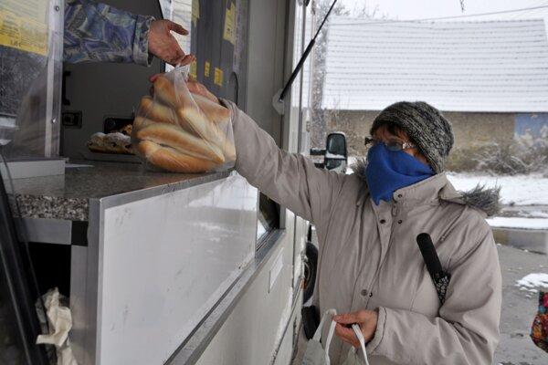 Pojazdná predajňa chleba a pečiva prichádza do Jasenovej trikrát za týždeň.