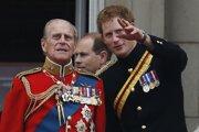 Britský princ Harry a jeho starý otec princa Philip na archívnej snímke z roku 2014.