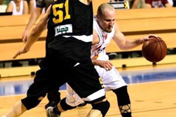 Patrick Sparks preniká cez Martina Rančíka.