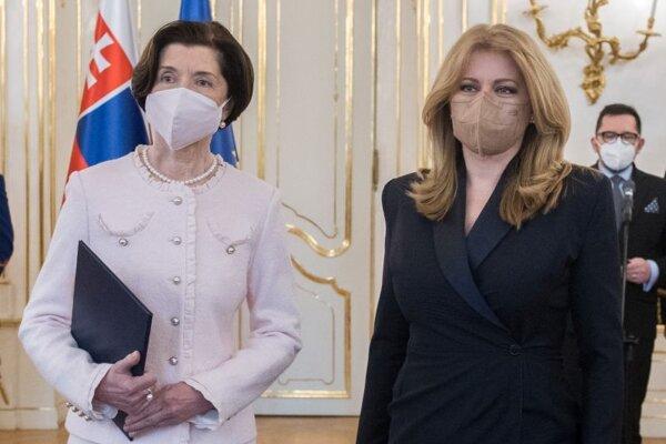 Prezidentka SR Zuzana Čaputová (vpravo) odovzdala poverovacie listiny novým vedúcim diplomatických misií SR v zahraničí. Na snímke vľavo  Oksana Tomová - vedúca stálej misie SR pri Rade Európy so sídlom v Štrasburgu po prevzatí poverovacích listín.