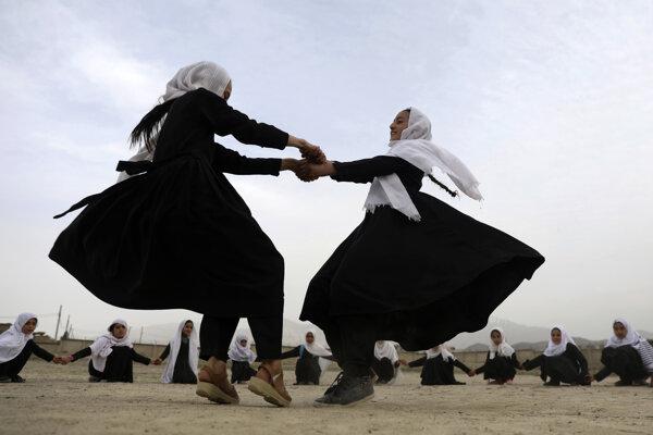 Po páde Talibanu začali do škôl chodiť aj dievčatá.
