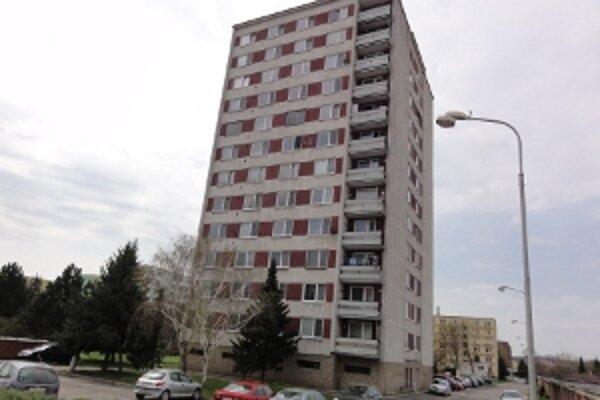 K trinástim šťastlivcom, ktorým samospráva predala mestský byt, patril aj mestský úradník - vedúci oddelenia výstavby Štefan Nociar. Primátor Peter Lednár mu ho predal za 213 eur.