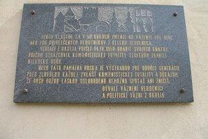 Pamätná tabuľa pripomínajúca internáciu rehoľníkov a vzburu veriacich.