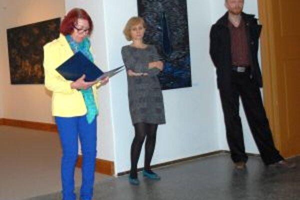 Záber z vernisáže - zľava kurátorka Marta Hučková, riaditeľka NG Renáta Niczová a vystavujúci umelec Patrik Hábl.