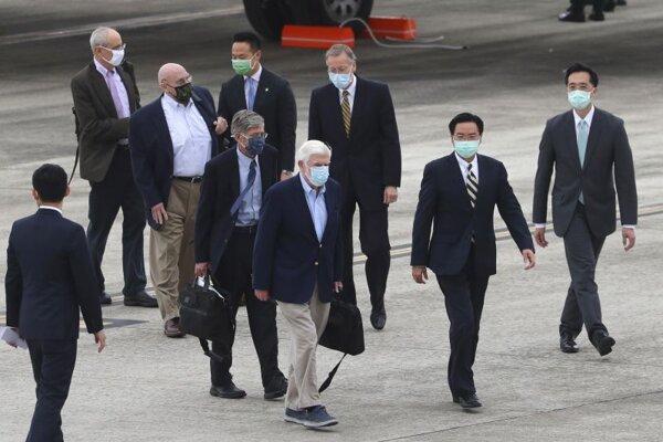 Vyslanec amerického prezidenta Joea Bidena Christopher Dodd (v strede) po prílete na Taiwan.