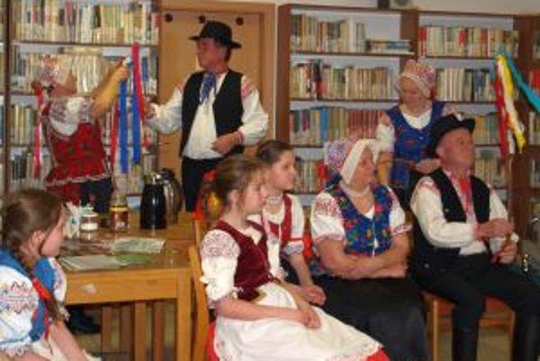 Väčšina starých tradícií dnes prežíva najmä vďaka folklórnym súborom.