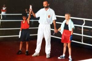 Ako osemročný bol už v ringu.