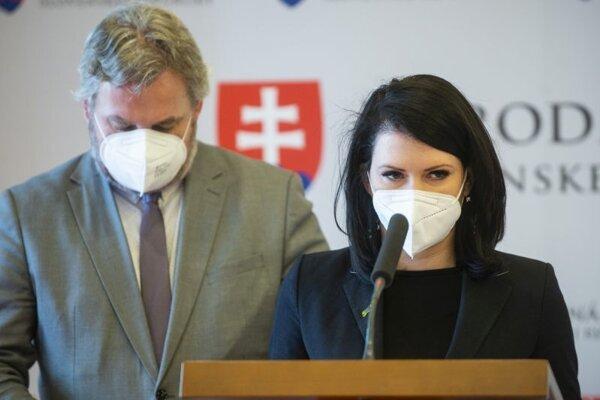 Ondrej Dostál a Jana Bittó Cigániková (obaja SaS) počas tlačovej konferencie na tému: Nemáme dôvod sprísňovať covid automat, testovanie musí skončiť 16. apríla 2021.