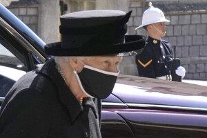 Britská kráľovná Alžbeta II. prichádza na poslednú rozlúčku so svojím zosnulým manželom princom Philipom.