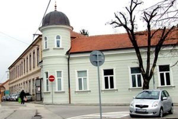 Mestská budova na Vŕšku. Archív bude v časti s upravenou fasádou. Druhú časť má prenajatú pedagogicko-psychologická poradňa.