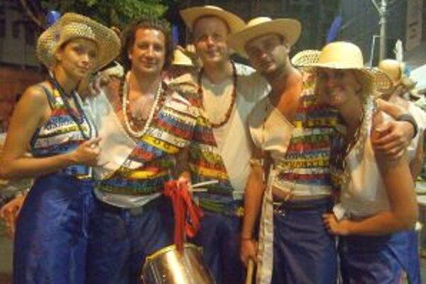 Campana Batucada v oficiálnych kostýmoch počas karnevalu v Salvadore de Bahia.
