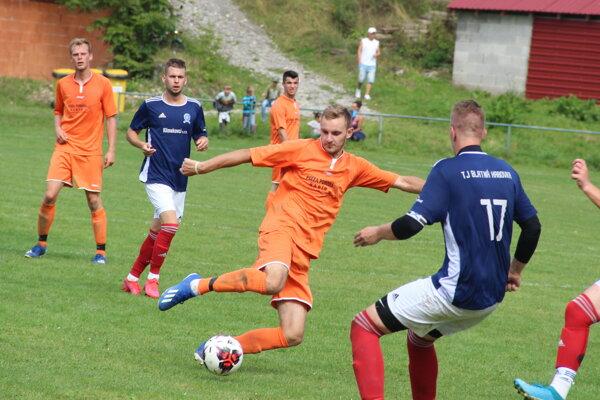 Marcel Kunocha (v oranžovom pri lopte) vedel zamotať svojimi kľučkami hlavu nejednej obrane súpera.
