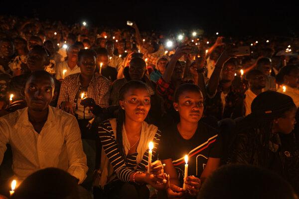 Na snímke zo 7. apríla 2019 si Rwanďania v Kigali pripomínajú 25 rokov od smutnej udalosti.