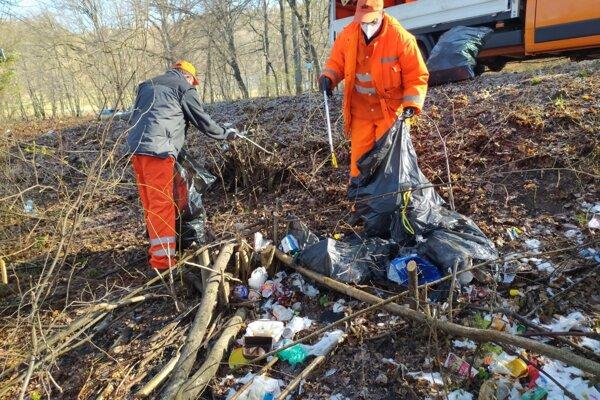 Čistenie okolia cesty medzi Bojnicami a Šútovcami.