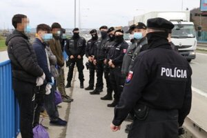 Migrantov sústredili policajti na moste.