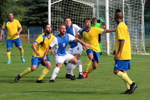 Futbalisti Hybe v žltom proti Bobrovcu.