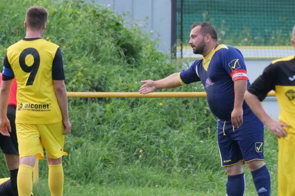 V modrom kapitán Uhorskej Dominik Tomko niečo vysvetľuje, nevedno čo...