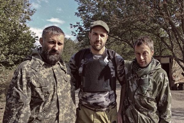 Reportér Tomáš Forró (v strede) s členmi proruských milícií - vľavo muž s prezývkou Kaukaz, vpravo Miloš Ouřecký, člen Československých vojakov v zálohe.