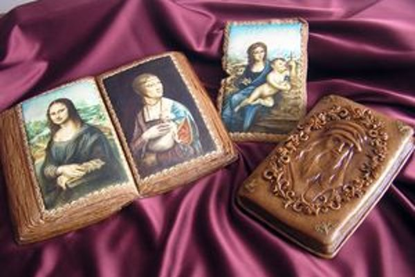 Kópie troch slávnych malieb od majstra Leonarda da Vinci spolu s jeho reliéfnym portrétom.