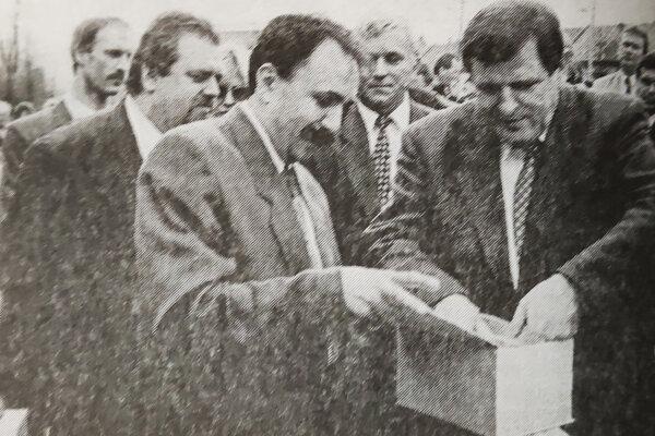 Vladimír Mečiar (vpravo) položil apoklepal základný kameň pre výstavbu diaľnice na Kysuciach.
