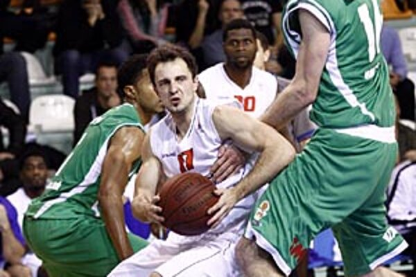 S loptou Nitran Žvan, bráni ho Crimmins z Handlovej.