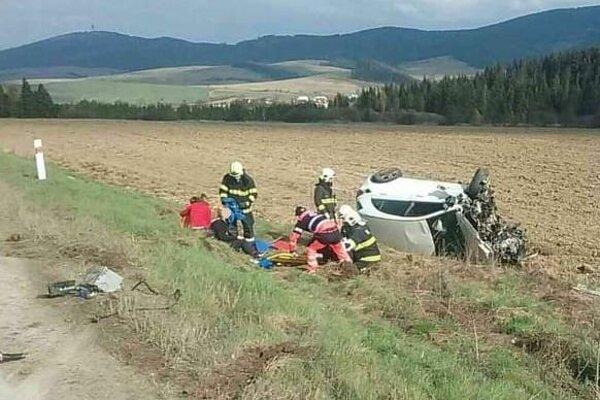 Mercedes skončil prevrátený mimo vozovky.